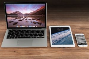 лаптоп, таблет и телефон